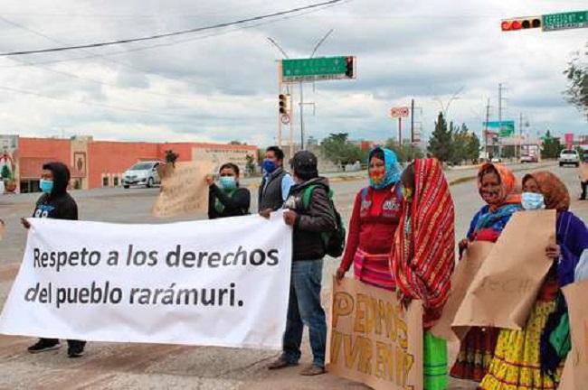 Rarámuris de Bocoyna y Urique, durante una protesta el 4 de octubre frente a los juzgados penales del distrito Benito Juárez en Chihuahua. Foto cortesía Consultoría Técnica Comunitaria AC